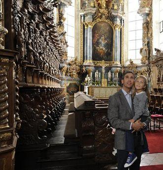 Besucher betrachten das reich verzierte Chorgestühl von Kloster Schussenried