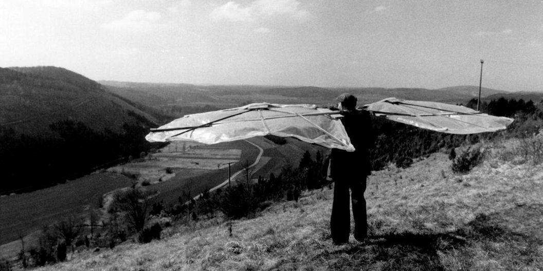 Gustav Mesmer mit Flügeln an einem Hang