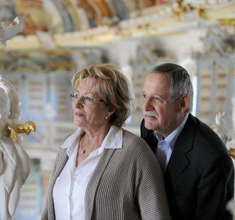 Besucherpaar beim Betrachten einer Statue, Kloster Schussenried