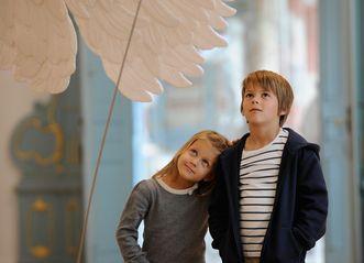 Kinder bestaunen das Flugmodell Pater Mohrs im Bibliothekssaal von Kloster Schussenried; Foto: Staatliche Schlösser und Gärten Baden-Württemberg, Niels Schubert