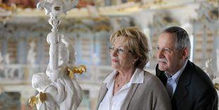Besucher bestaunen die filigranen Figuren, die den Bibliothekssaal von Kloster Schussenried schmücken