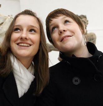 Schülerinnen beim Klosterbesuch